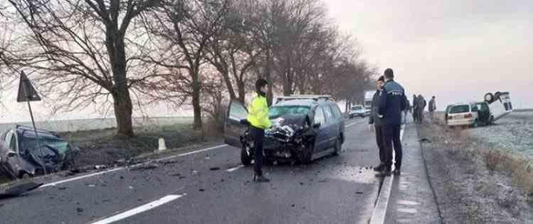 Un tânăr a murit, șase persoane au fost rănite după ce patru mașini s-au lovit, pe DN 19