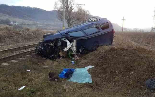 Accident feroviar în judeţul Bacău. Un tren de marfă a lovit un autoturism