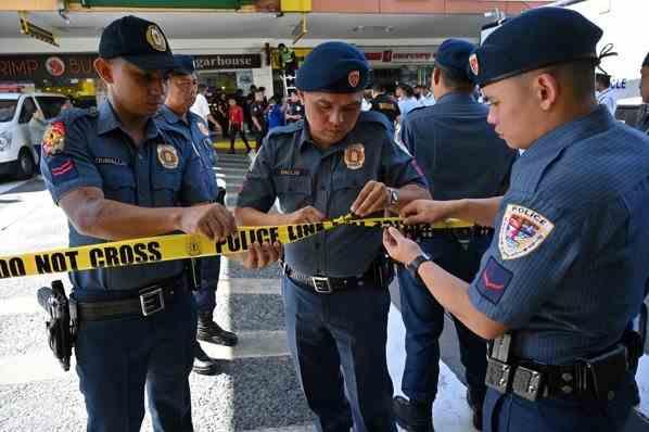 Atac armat în Manila - Un agent de securitate a rănit cel puţin o persoană şi a luat 30 de ostatici