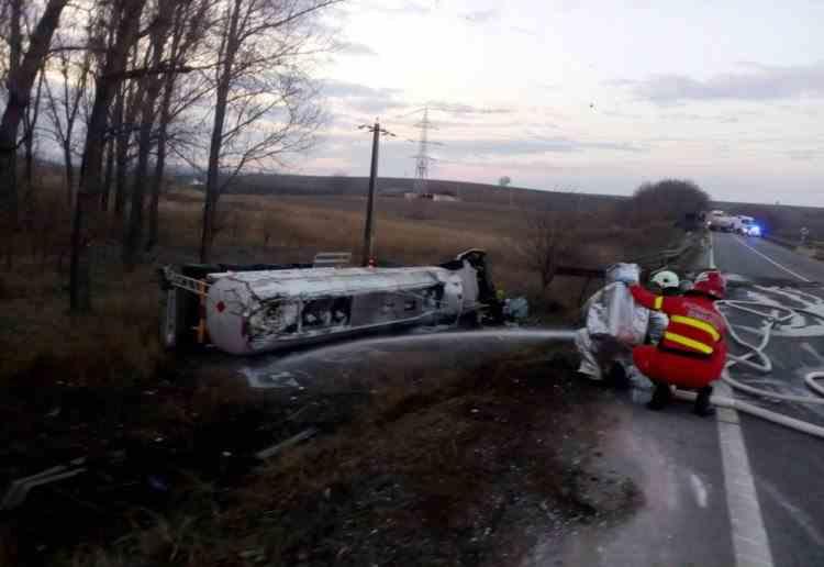 Cisternă cu benzină răsturnată la ieșirea din Huși