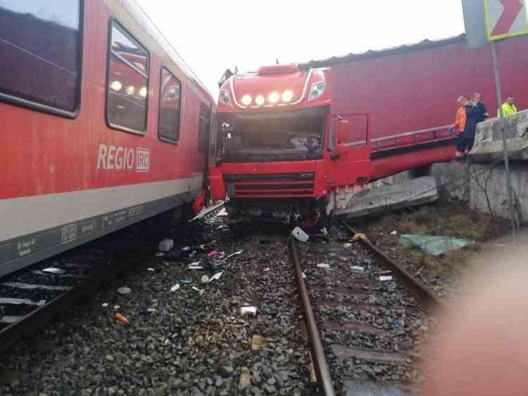Accident feroviar la Cluj - Un camion și un autoturism au fost lovite de tren