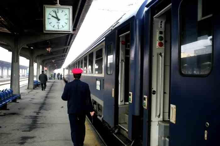 O femeie, controlor de tren, acuzată că a luat mită 7 lei - Achitată definitiv