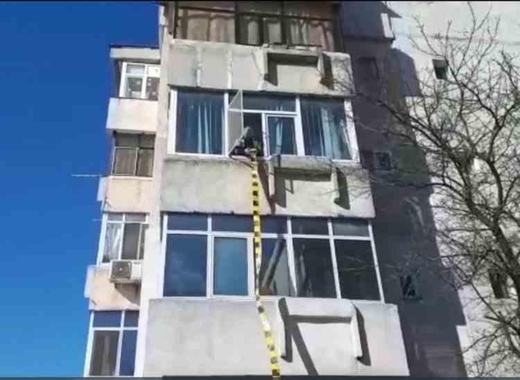 Un copil de 2 ani a căzut de la etaj după ce s-a suit pe o bicicleta din balcon