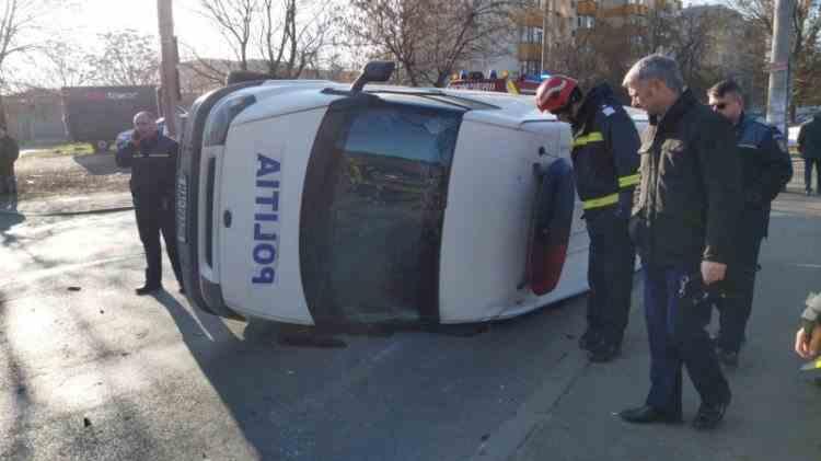 Un hunedorean nu a respectat indicatorul rutier şi a intrat ÎN PLIN într-o autospecială a Poliţiei