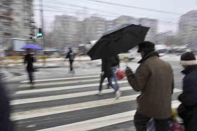METEO: Ploi, lapoviţă şi ninsoare în următoarele zile