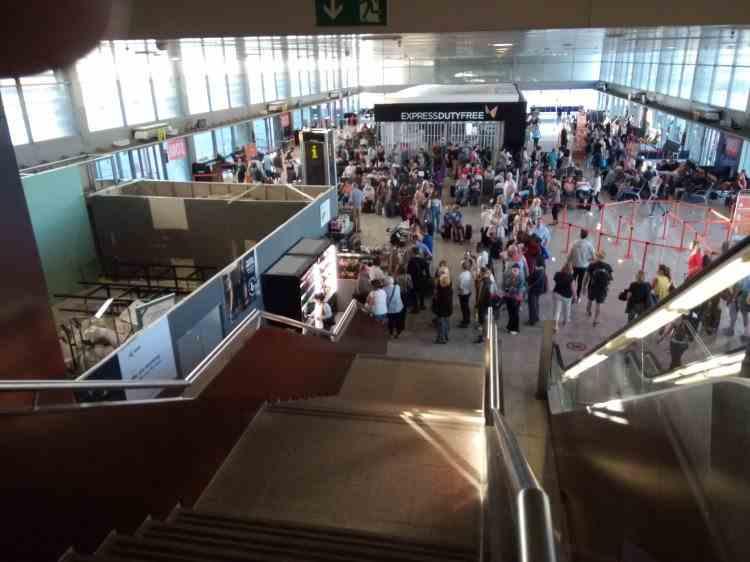 Zeci de români, captivi pe aeroport în Barcelona: Avionul nu mai pleacă spre România, înapoi nu-i mai primește