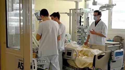 Rudele primului român ucis de coronavirus sunt de negăsit - Va fi înmormântat de autorităţi