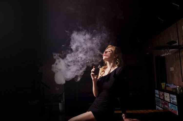 COVID-19 se poate transmite prin vaporii din ţigările electronice