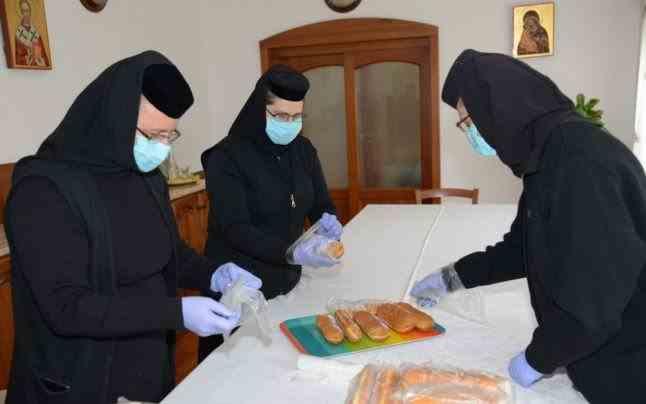"""Maicile de la Mănăstirea """"Sf. Pantelimon"""" din Lacu Sărat sprijină persoanele aflate în carantină"""