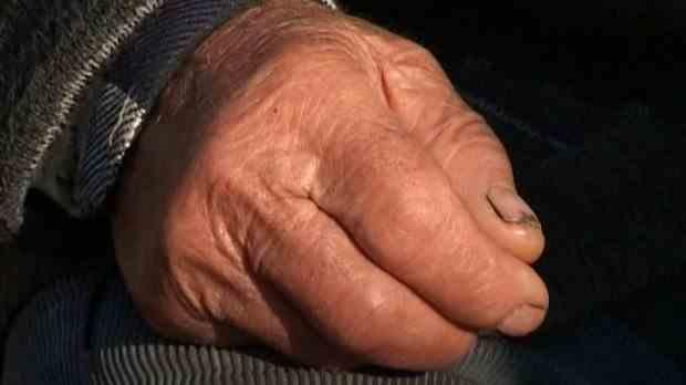 Zeci de bătrâni dați afară dintr-un cămin din Râmnicu-Vâlcea, refuzați de familii
