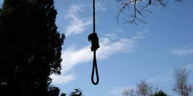 Un bărbat de 42 de ani s-a spânzurat de un copac într-o parcare din Suceava
