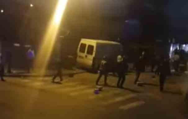 Agresorii din Rahova au aşteptat poliţiştii cu o coasă, scaune, cozi de lopată