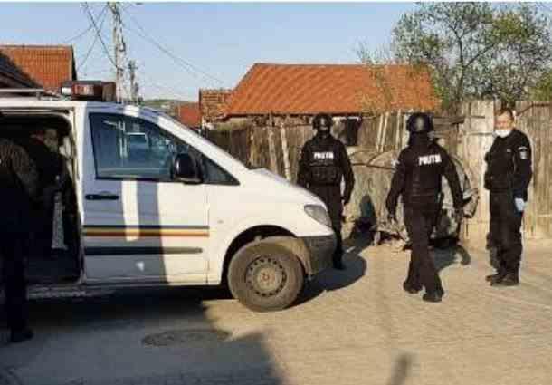 Poliţişti loviţi cu furcile şi autospeciale avariate într-un sat din judeţul Sibiu