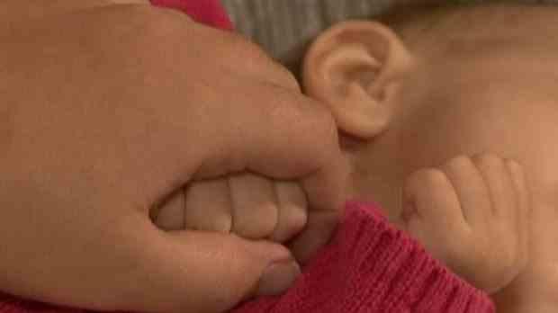 Un bebeluș de aproximativ 2 luni a fost găsit abandonat la marginea unei comune din Olt