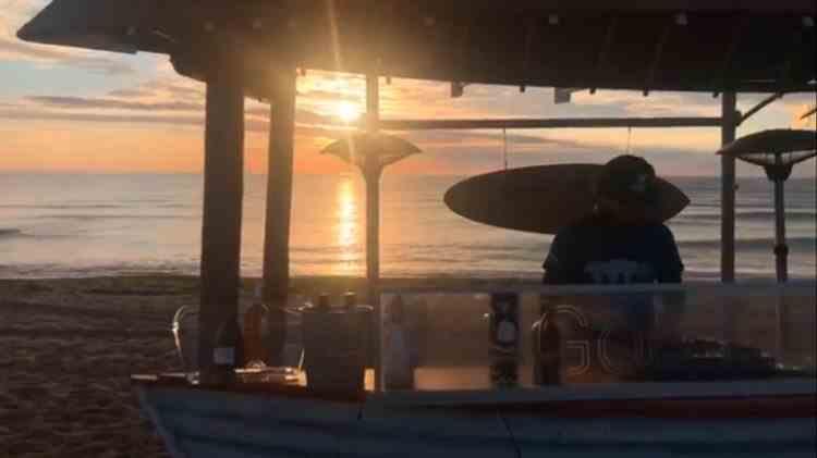 Poliția a descins pe plaja din Vama Veche și a mers peste DJ-ul care mixa singur