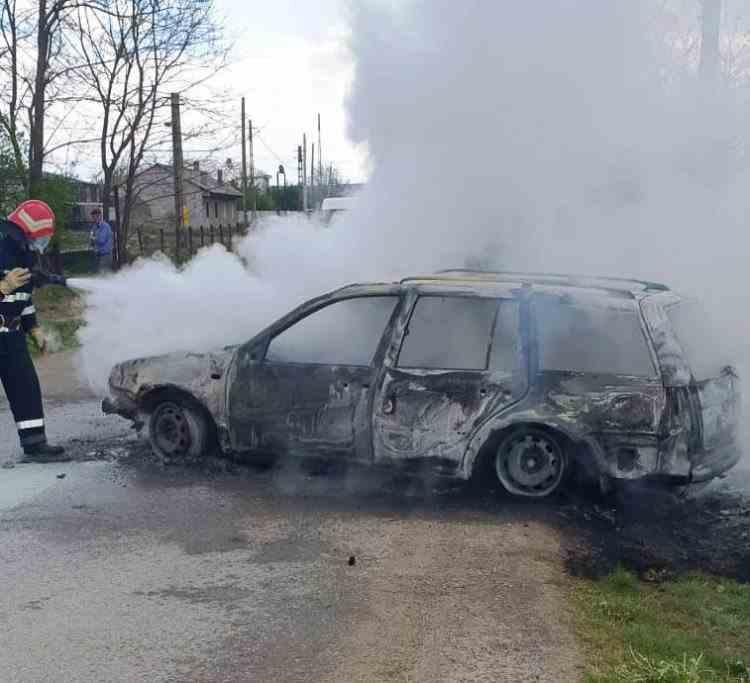 O mașină în care se aflau aproximativ 40 de păsări a luat foc