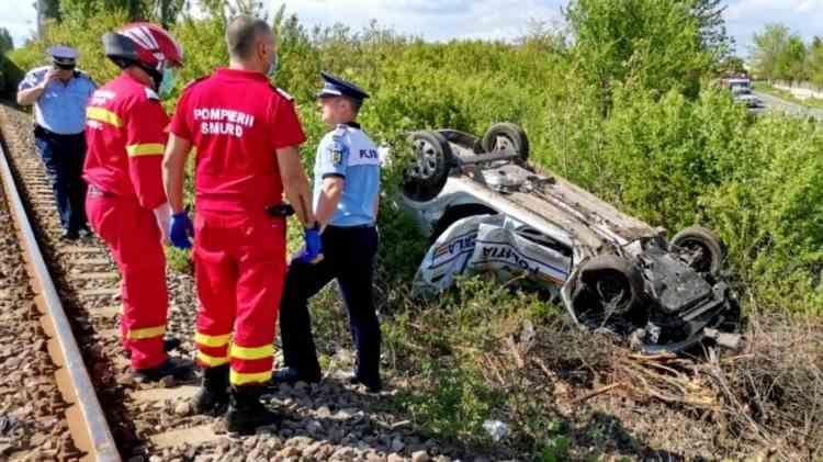 O maşină de Poliţie a fost lovită de tren - O persoană este încarcerată