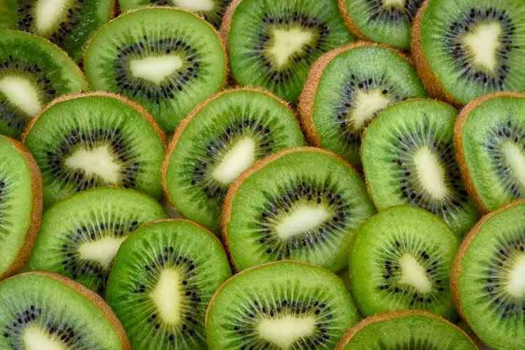 Kiwi, mai bun decât aspirina! Opt motive să mănânci acest fruct