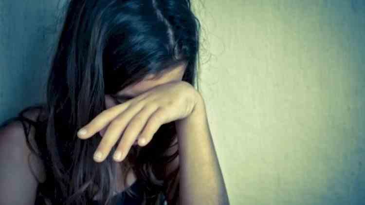 Un bărbat din Braşov şi-a violat fiica de 12 ani şi apoi a traficat-o sexual. Copila şi o prietenă a ei au fost forţate să-i facă poftele unui cetăţean italian