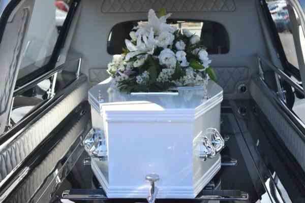 """Preot la înmormântare: """"Vă înghesuiţi ca nişte animale"""""""