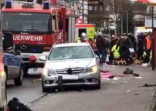 Un șofer a intrat intenționat cu mașina într-un grup de persoane în Germania