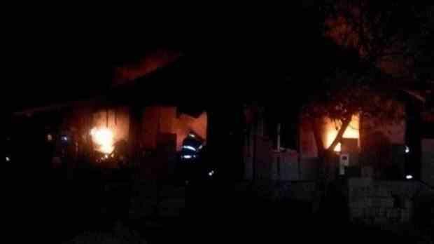 Un bărbat din Vaslui și-a dat foc la casă şi s-a sinucis după ce a primit rezultatele analizelor