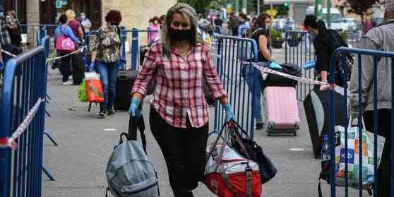 Trenurile pentru îngrijitoare au fost anulate, femeile românce trec granița pe jos