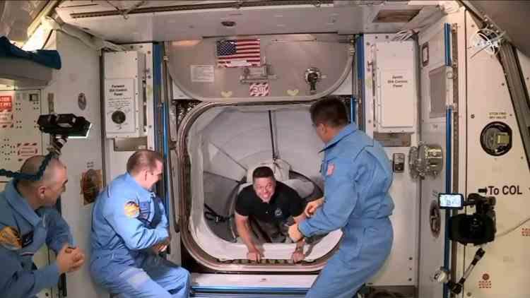 Momentul întâlnirii astronauților misiunii SpaceX cu colegii de pe Stația Spațială Internațională