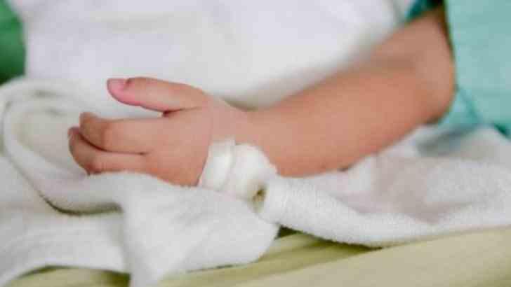O femeie și-a mărit sânii cu donațiile pentru tratamentul copilului ei bolnav