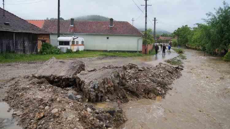 Noapte albă la Brașov: locuințe inundate și drumuri distruse de apă