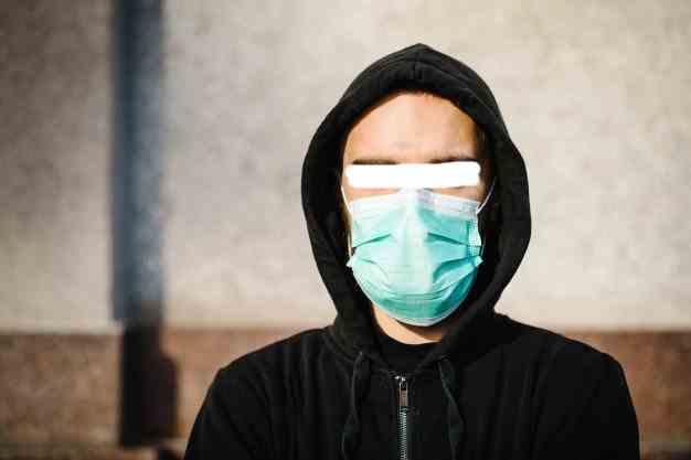 Un român a dat spargeri în Franța purtând mască chirurgicală