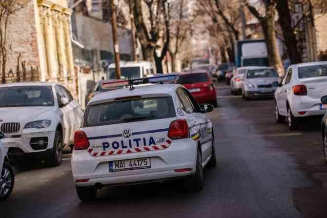Un bărbat dezbrăcat a ameninţat Poliţia cu o rangă şi un levier, apoi a căzut de la balconul unui bloc din Bucureşti