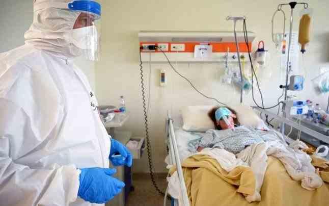 O tânără însărcinată și infectată cu COVID-19 a murit după ce a refuzat tratamentul din motive religioase