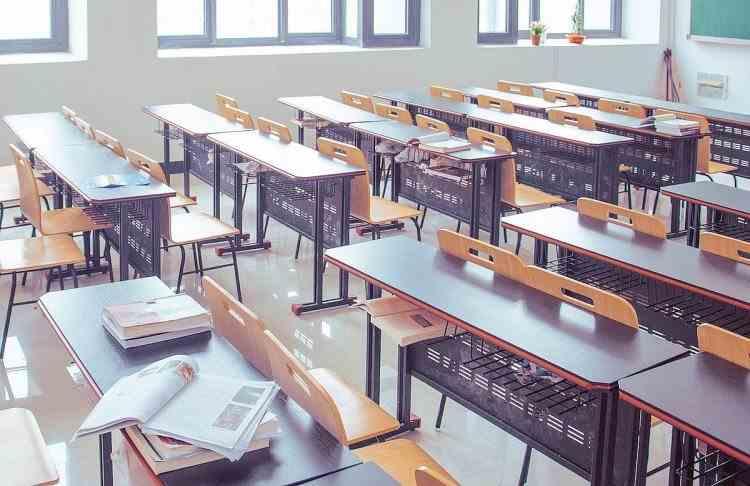 Dacă școala se va închide din cauza noilor cazuri de COVID, părinții vor primi 75% din salariu pentru a sta acasă