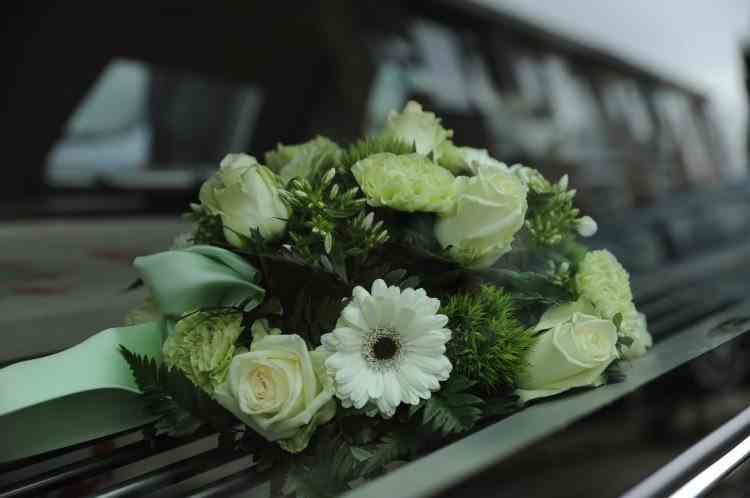 Înmormântare cu scandal: Un preot a umilit familia decedatului pentru o taxă neplătită, apoi le-a cerut să-i pupe mâinile