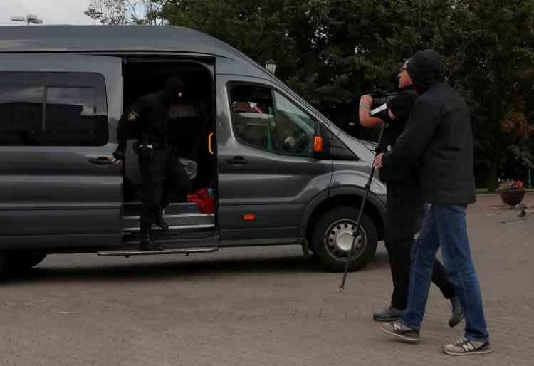A început arestarea protestatarilor din Belarus: militari în civil, înarmați prin mulțime
