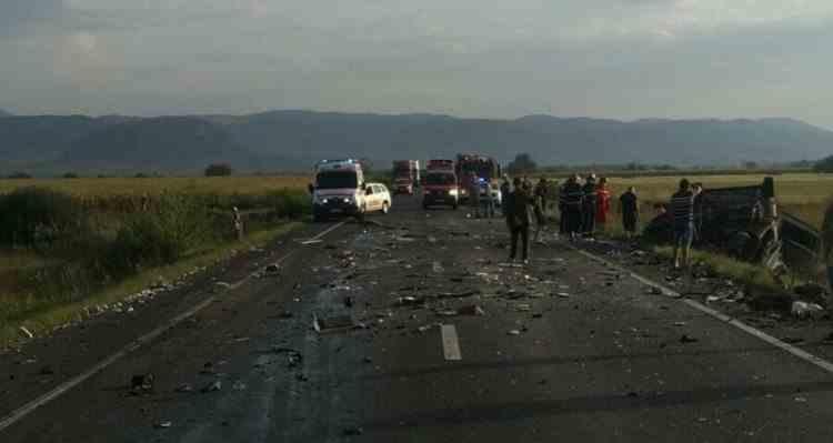 Un șofer a murit după ce a adormit la volan și a intrat cu mașina sub un tir