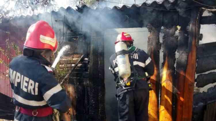 Un bărbat a murit carbonizat după ce casa i-a luat foc de la o lumânare
