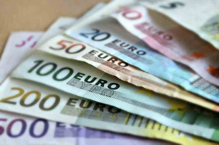 Doi români au înșelat Franța cu peste un milion de euro după ce au declarat 1200 de copii fictivi