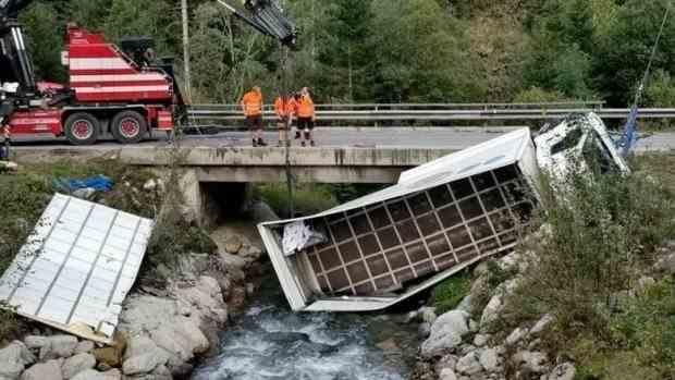 Un român a strănutat la volan și a provocat un accident în Austria