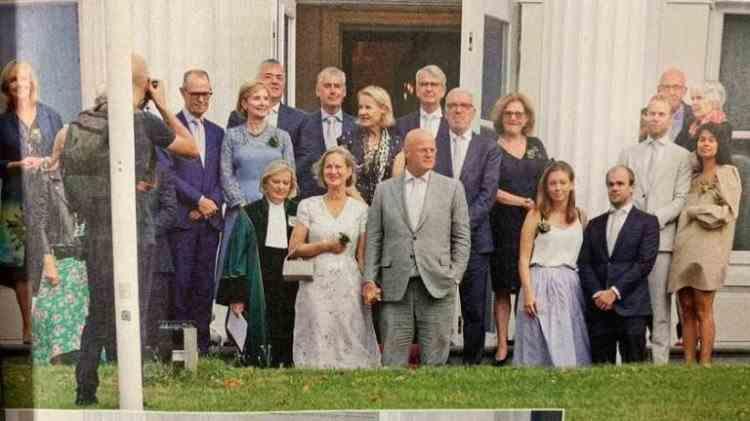 Scandal în Olanda după ce un ministru a încălcat regulile de distanțare socială chiar la nunta sa