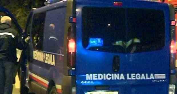 O femeie a murit după ce a intrat cu bicicleta într-o ușă de garaj