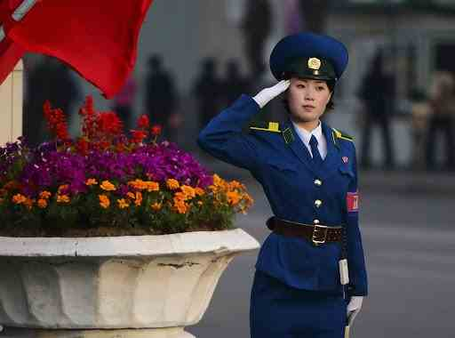 Polițistele din Coreea de Nord se pensionează la 26 de ani