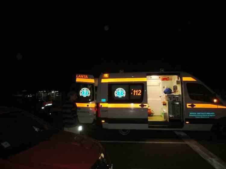 O ambulanţă cu două paciente a derapat şi a ajuns pe linia de cale ferată