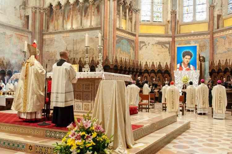 Povestea sfântului în blugi - Beatificarea lui Carlo Acutis