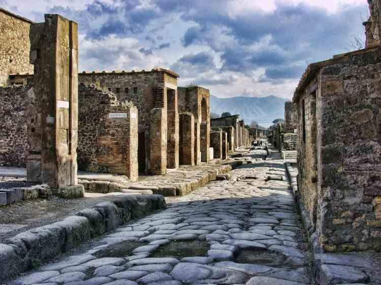 O turistă a returnat la Pompeii mai multe artefacte furate spunând că sunt blestemate