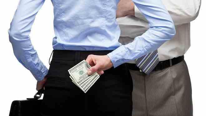 Un senator și-a ascuns banii între fese în timpul unei percheziții