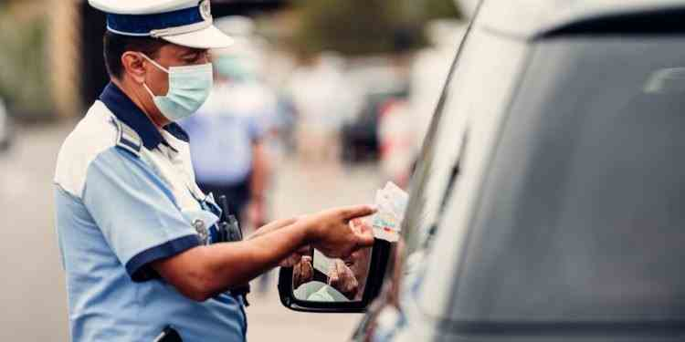 Polițiștii verifică izolații la domiciliu - Unde au fost găsiți trei ialomițeni infectați cu COVID-19