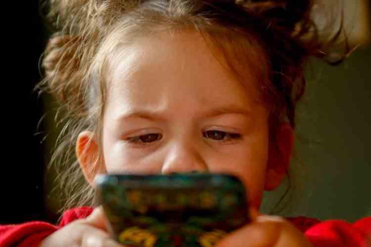 O fetiță de 2 ani a trimis fotografii nud cu mama ei tuturor contactelor din telefonul acesteia