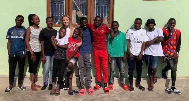 O tânără de 26 de ani a adoptat 14 orfani după ce a petrecut un an în Africa
